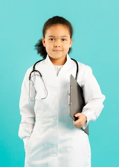 Jeune médecin afro-américain vue de face