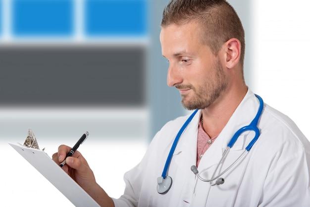 Jeune médecin écrit sur un presse-papiers
