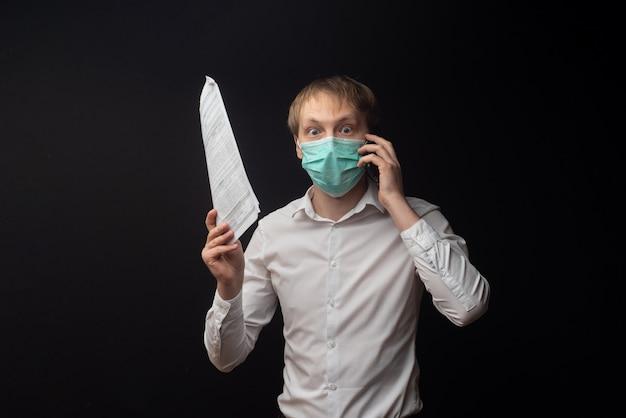 Un jeune médecin étudie les papiers et se dispute au téléphone en raison de mauvais résultats.