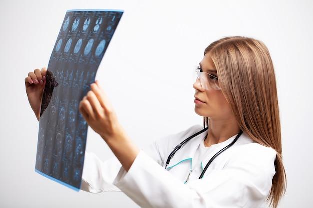 Jeune médecin examine une image irm d'un patient