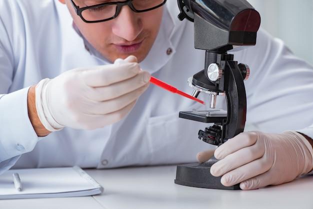 Jeune médecin faisant le test sanguin