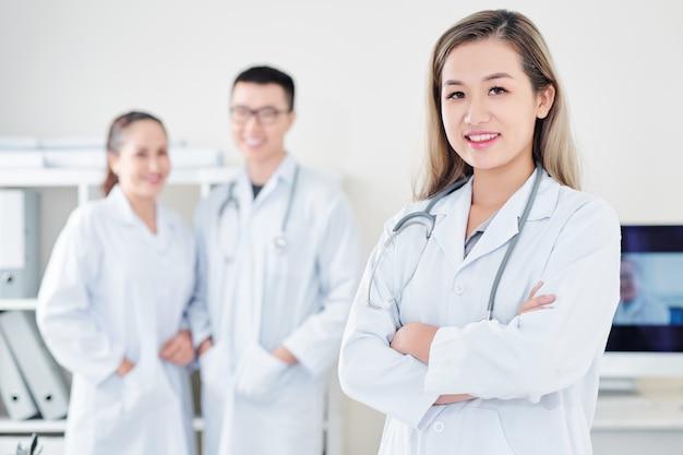 Jeune médecin généraliste souriant