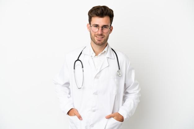 Jeune médecin homme de race blanche sur isolé sur fond blanc portant une robe de médecin et avec stéthoscope