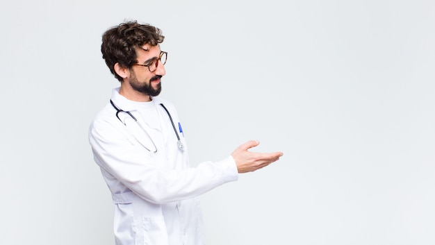 Jeune médecin homme souriant, vous saluant et offrant une poignée de main pour conclure une affaire réussie