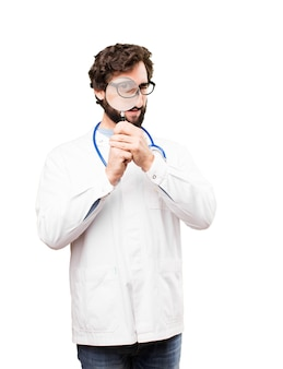 Jeune médecin avec une loupe
