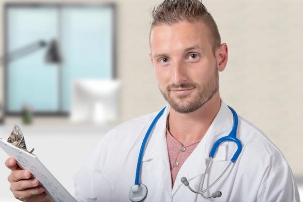 Jeune médecin montrant un presse-papiers
