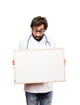 Jeune médecin avec pancarte