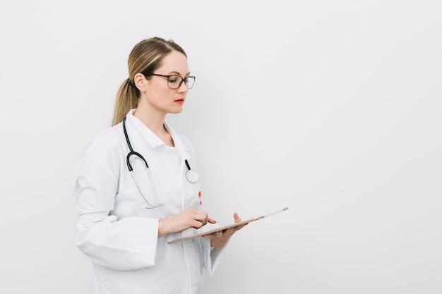 Jeune médecin avec presse-papiers