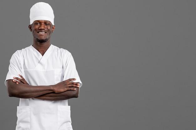 Jeune médecin professionnel sourit copie espace