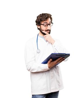 Jeune médecin avec un rapport