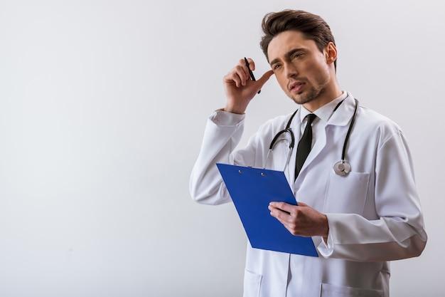 Jeune médecin en robe blanche et avec stéthoscope.