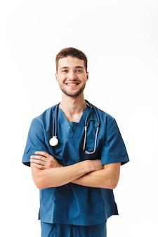 Jeune médecin de sexe masculin joyeux en uniforme avec phonendoscope sur le cou heureusement