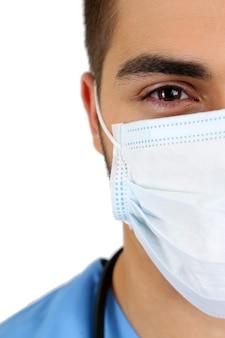 Jeune médecin de sexe masculin en masque médical, gros plan, isolé sur blanc