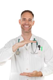 Jeune médecin tenant quelque chose avec ses mains