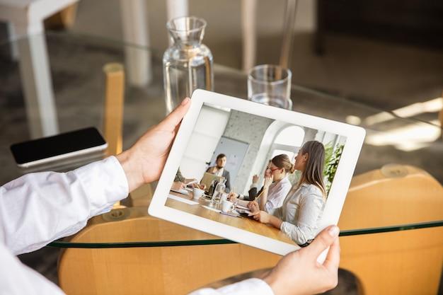 Jeune médecin travaillant en ligne avec un ordinateur portable, a une conférence en ligne avec des collègues du lieu de travail, étudiant. parler avec les patients. coronavirus, covid-19 prévention de la propagation du virus. fermer