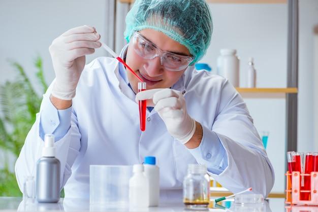 Jeune médecin travaillant sur une prise de sang à l'hôpital de laboratoire