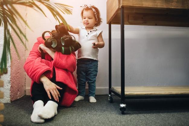 Jeune mère âgée souffre de dépression postnatale
