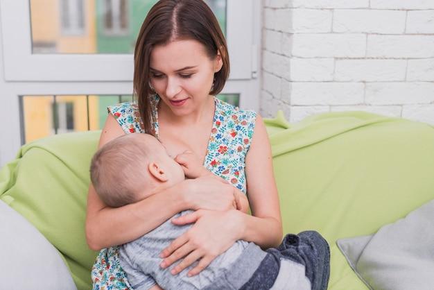 Jeune mère allaitant son fils