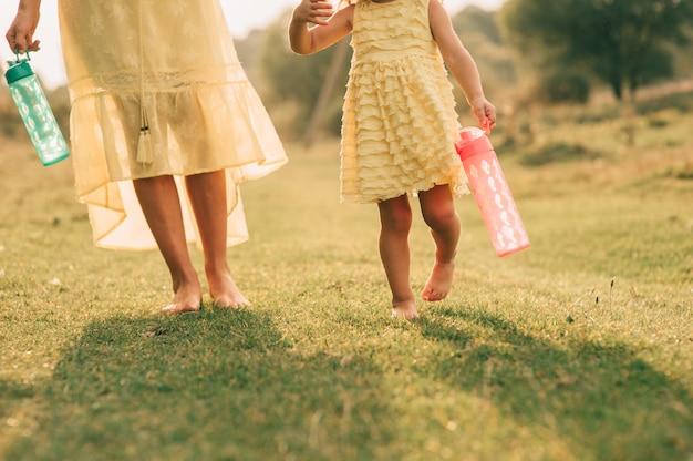 Jeune mère et fille en plein air