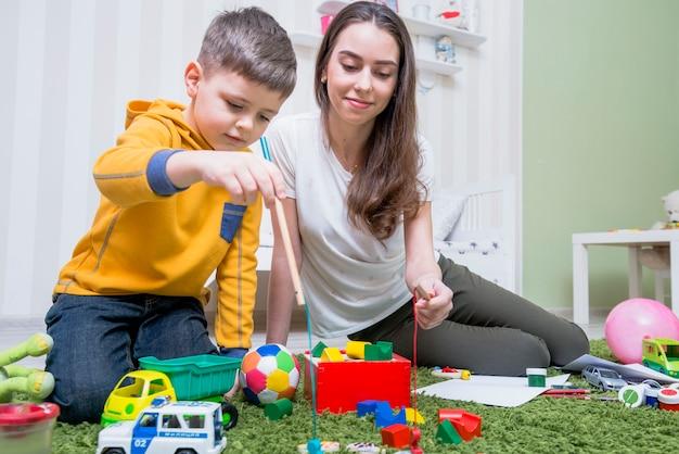 Jeune mère jouant avec son fils