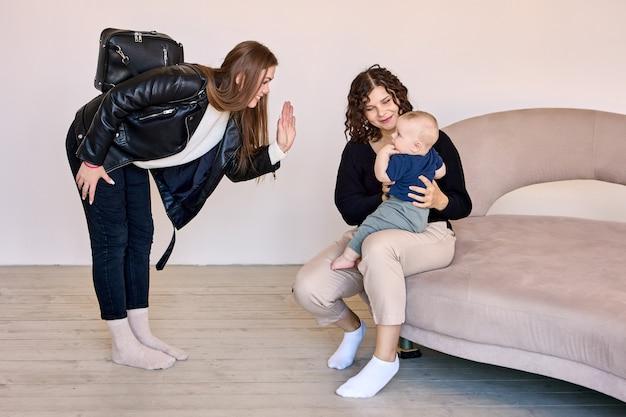 La jeune mère laisse l'enfant avec la baby-sitter dans le salon