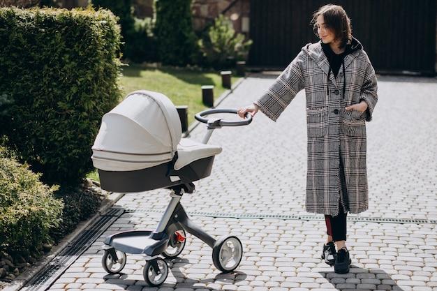 Jeune, mère, marche, bébé, landau, parc