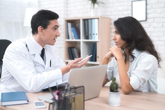 Une jeune mère parle à un médecin dans le bureau de son médecin