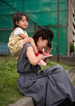 Jeune mère passant du temps avec sa fille