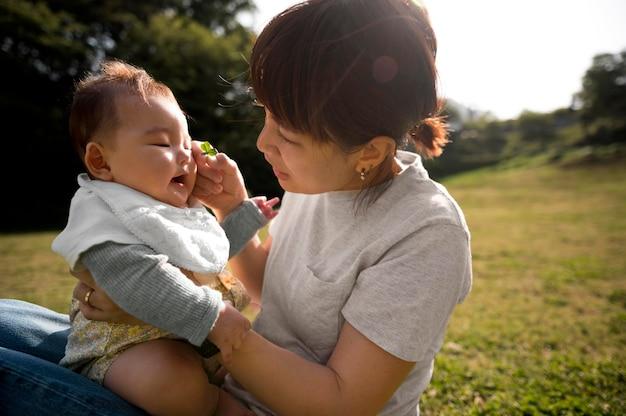 Jeune mère passe du temps avec son bébé