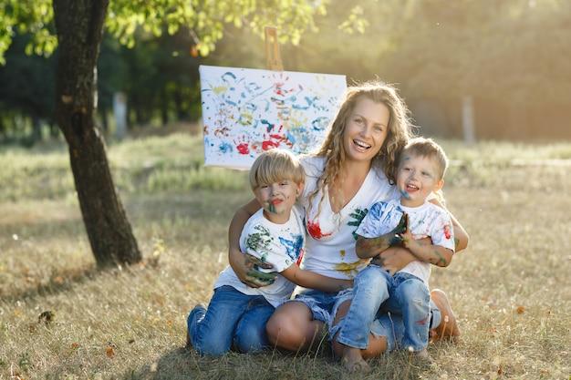 Jeune mère peignant avec ses enfants