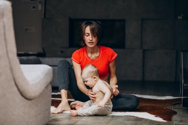 Jeune mère, à, petit fils, pratiquer, yoga, chez soi