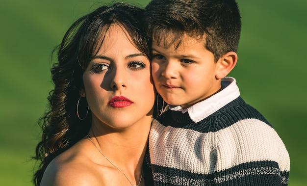 Jeune mère et petit garçon dans le pré.