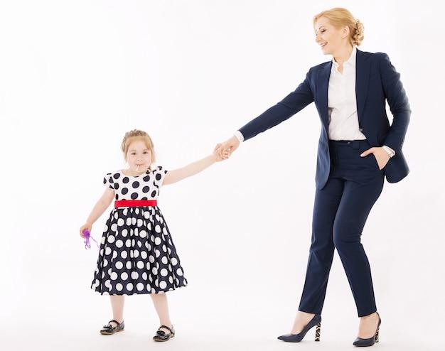 Jeune mère, à, petite fille, tenant mains
