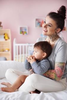 Jeune mère relaxante avec son petit fils