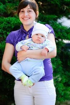 Jeune mère et son fils sur la nature dans le parc.