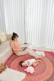 Jeune mère travaillant à domicile