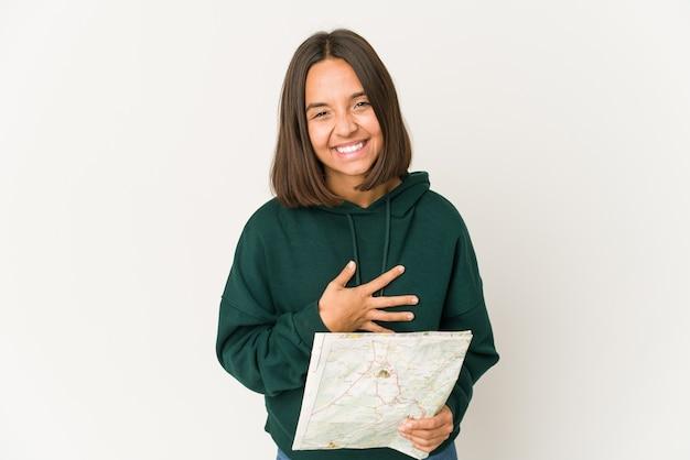 Jeune métisse tenant une carte