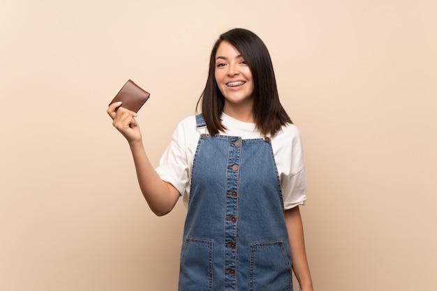 Jeune, mexicain, femme, isolé, tenue, portefeuille