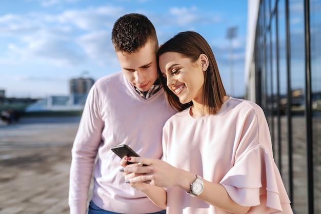 Jeune, mode, couple, debout, balcon, regarder, intelligent, téléphone