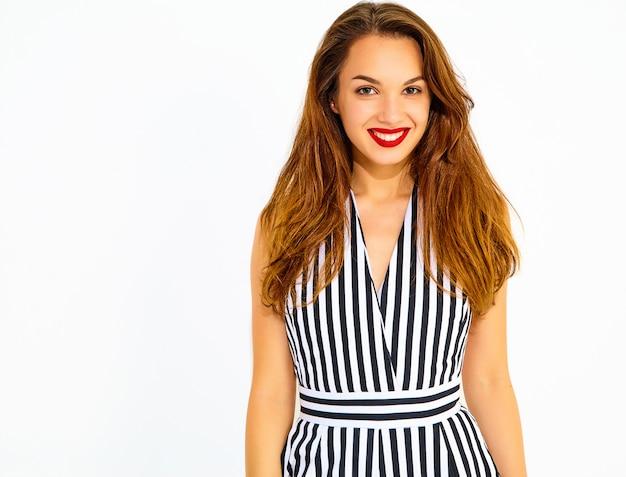 Jeune modèle femme souriante élégante en costume rayé d'été décontracté avec des lèvres rouges, isolé