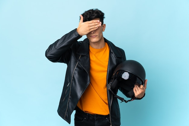 Jeune motard tenant un casque de moto