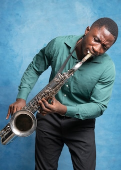 Jeune musicien afro-américain célébrant la journée internationale du jazz