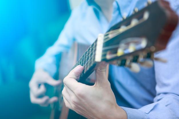 Jeune musicien jouant à la guitare acoustique