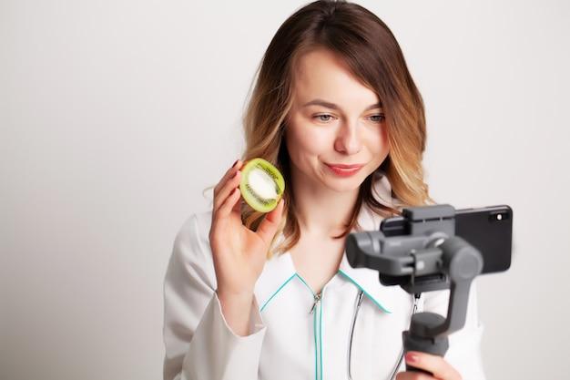 Une jeune nutritionniste enregistre une vidéo sur le téléphone