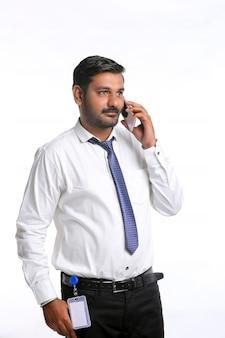 Jeune officier indien parlant sur smartphone.