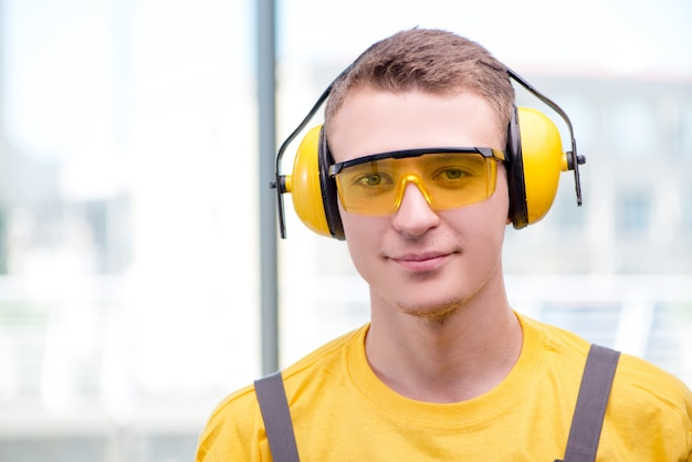 Jeune ouvrier en combinaison jaune