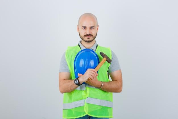 Jeune Ouvrier Du Bâtiment Portant Un Casque De Sécurité Photo gratuit