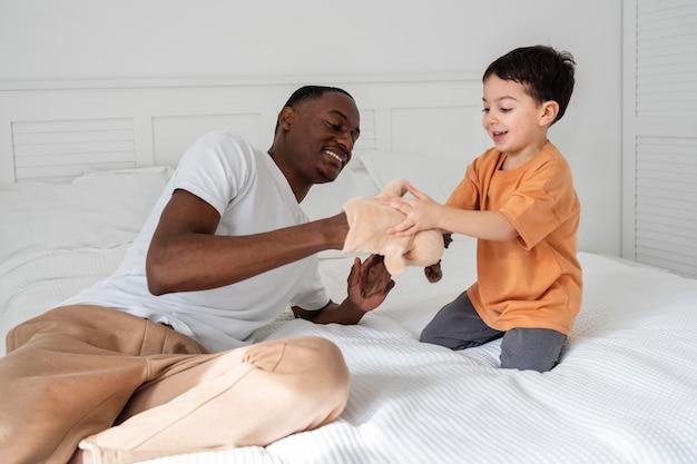 Jeune papa payant avec son enfant