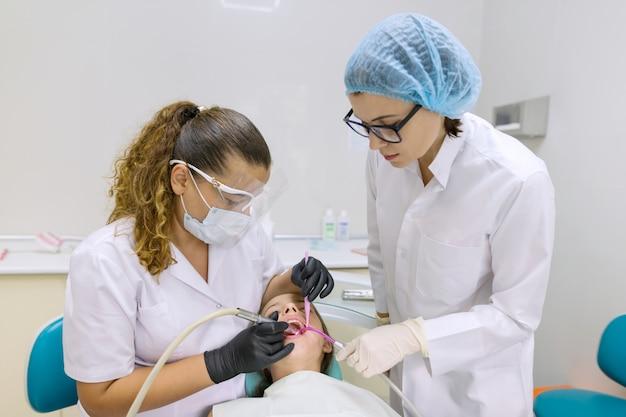 Jeune patient en fauteuil dentaire