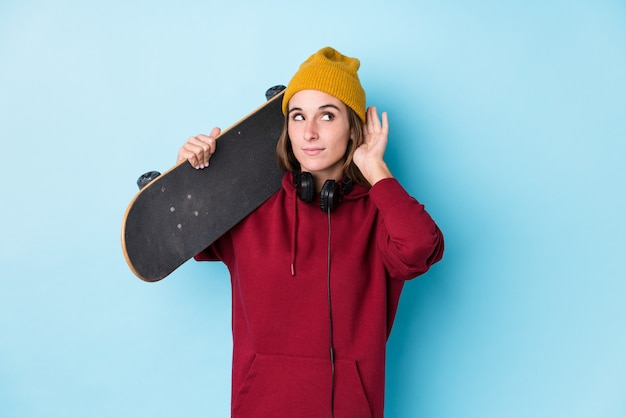 Jeune, patineur, caucasien, femme, isolé, essayer, écoute, potins